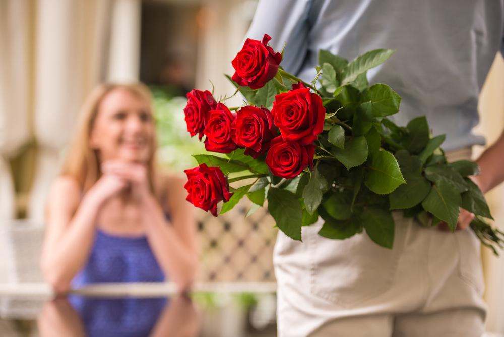 significado de que tu pareja te regale rosas rojas